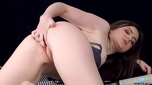 Eye-catching cutie fingering herself