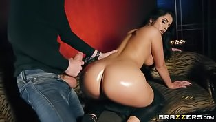 Leather-wearing hottie enjoying anal